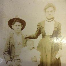 Fotografía antigua: ANTIGUA ALBUMINA MONTADA SOBRE CARTÓN. FAMILIA POSANDO EN ESTUDIO AHUMADA. CORDOBA. Lote 138029082