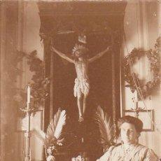 Fotografía antigua: FANTÁSTICA FOTOGRAFÍA. SEÑORA JUNTO A UN ALTAR CON CRISTO, CRUCIFIJO Y VELA. SIGLO XIX - XX CB. Lote 138050942