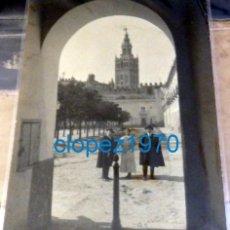 Fotografía antigua: SEVILLA, ALBUMINA DE LOS HERMANOS ALVAREZ QUINTERO EN EL PATIO BANDERAS, RARISIMA,116X158MM. Lote 138608058