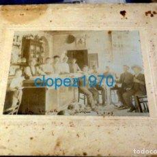 Fotografía antigua: SEVILLA, 1909, ESPECTACULAR ALBUMINA PARROQUIANOS EN EL BAR TEMPLETE,265X210MM. Lote 138608982
