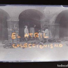 Fotografía antigua: OVIEDO, PLAZA DONDE SE VENDEN ZUECOS - CLICHE ORIGINAL - PLACA NEGATIVO EN CRISTAL - AÑOS 1920-1930. Lote 138935962