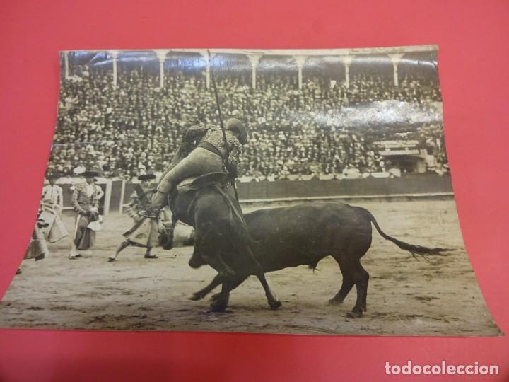 Fotografía antigua: TOROS. Tauromaquia. Foto albumina 24 x 17 ctms. Sello BADOSA. Original años 1920s - Foto 3 - 139208682