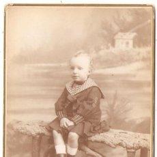 Fotografía antigua: FOTO CABINET REY ALFONSO XIII DE NIÑO. ESTUDIO FOTOGRÁFICO DE FERNANDO DEBAS. (RARA).. Lote 139239290