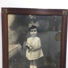 Fotografía antigua: FOTOGRAFIA O RETRATO DE NIÑA CON LAZO Y RAMO, ENMARCADO DE EPOCA, ¿AÑOS 40-50?, GRAN TAMAÑO. Lote 140177658