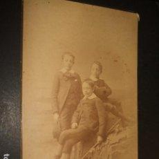 Fotografía antigua: MADRID HACIA 1880 RETRATO DE TRES HERMANOS DEBAS FOTOGRAFO 13 X 22 CMTS. Lote 140476338