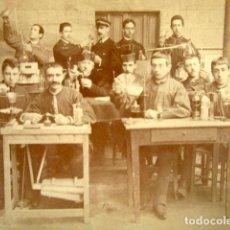 Fotografía antigua: FOTOGRAFÍA CLASE DE CIENCIAS. QUÍMICA. . Lote 140892470