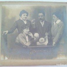 Fotografía antigua: ENORME FOTO DE SEÑORITAS ESTUDIANTES DE MEDICINA SIGLO XIX, ANATOMIA DE UN OJO.... 29 X 35 CM. Lote 141333298