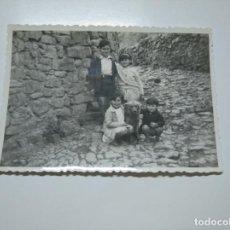 Fotografía antigua: ANTIGUA FOTOGRAFIA NIÑOS EN CALLE DE UN PUEBLO. TDKP13. Lote 141848414