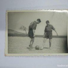 Fotografía antigua: FOTOGRAFIA ANTIGUA. NIÑOS JUGADORES DE FUTBOL. TDKP13. Lote 141930790