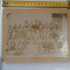 Fotografía antigua: CON LA MAESTRA EN LA PUERTA DE LA ESCUELA DEL PUEBLO S XIX. Lote 142518438