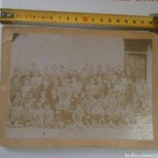 Fotografía antigua: CON EL MAESTRO EN LA PUERTA DE LA ESCUELA DEL PUEBLO S XIX. Lote 142518728