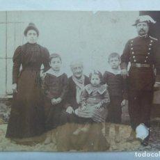 Fotografía antigua: MINUTERO FOTOGRAFO CALLEJERO DE GUARDIA CIVIL DEL 4º TERCIO, CON FAMILIA, SIGLO XIX . Lote 143734962