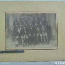 Fotografía antigua: GRAN FOTO ESCOLAR : NIÑOS POSANDO CON SU MAESTRO , AÑOS 20, DE LERA, CORDOBA ... 21 X 26 CM. Lote 143794550