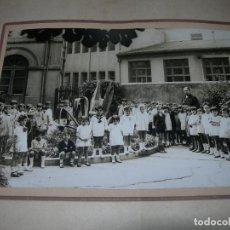 Fotografía antigua: MUY ANTIGUA FOTOGRAFÍA DE NIÑOS EN PATIO DE COLEGIO O SIMILAR DE PRINCIPIOS DEL SIGLO XX. Lote 144143634