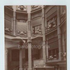 Fotografía antigua: ANTONI GAUDÍ, PATIO INTERIOR DE LA PEDRERA, CASA MILÁ, BARCELONA. 1910 APROX. 11,5 X 17CM.. Lote 145283750