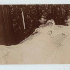 Fotografía antigua: RETRATO POST MORTEM DE UN BEBÉ, SIN DATOS, 1900'S. 8X11 CM.. Lote 145284954