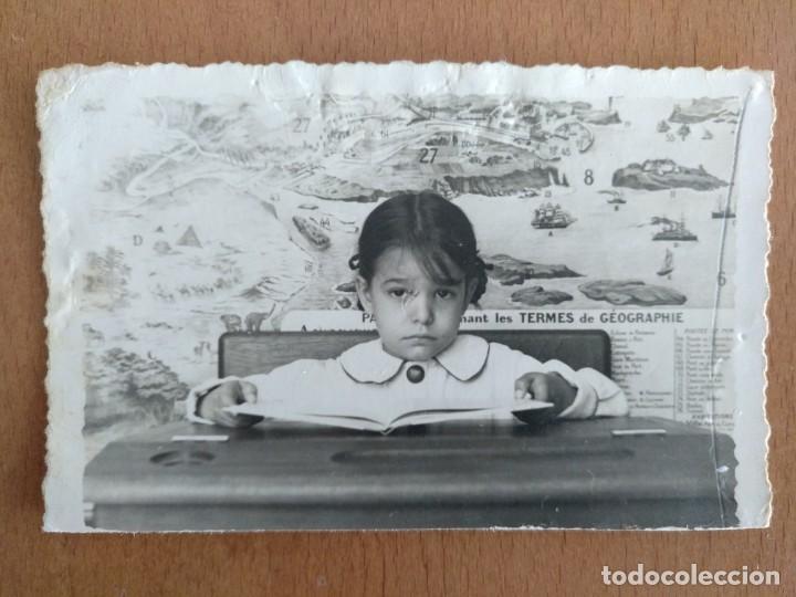 FOTO ESCOLAR NIÑA 9,6 X 6 CM (APROX) MAPA EN FRANCES (Fotografía Antigua - Albúmina)