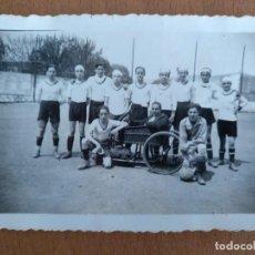 Fotografía antigua: FOTO EQUIPO DE FUTBOL SIN IDENTIFICAR PROBABLEMENTE EN BARCELONA FOTOGRAFO SOTERES.. Lote 145591122