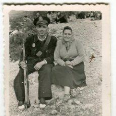 Fotografía antigua: GUARDIA, POLICIA, MILITAR? CON SEÑORA, ANTIGUA FOTO. Lote 147134466