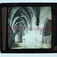 Fotografía antigua: AVILA, CLAUSTRO DE LA CATEDRAL - ANTIGUO CRISTAL PARA LINTERNA MAGICA - AÑOS 1890-1900. Lote 147499426