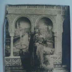 Fotografía antigua: FOTO DE MUJER VESTIODA DE MORA. FONDO DE LA ALHAMBRA DE GRANADA. PRINCIPIOS DE SIGLO ... 18 X 24 CM. Lote 147707414