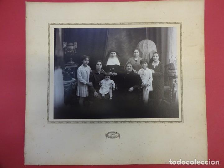 Fotografía antigua: Interesante albúmina familiar con religiosa. Fot. ALONSO. Paseo San Juan. Barcelona. 32 x 29 ct - Foto 3 - 148673058