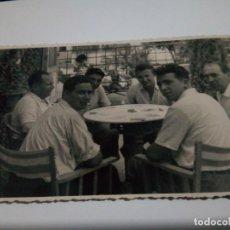 Fotografía antigua: FOTO PICASENT JUGANDO A CARTAS 1949. Lote 150146950