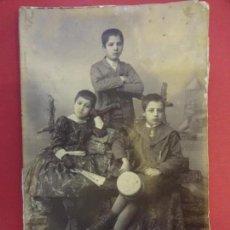 Fotografía antigua: ANTIGUA FOTO ALBÚMINA NIÑOS POSANDO EN ESTUDIO. ENRIQUE P. Y BELLO. CORUÑA. 15 X 10 CTMS. RECORTADA. Lote 150199846