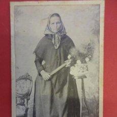 Fotografía antigua: ANTIGUA FOTO DE ESTUDIO EN SOPORTE DE CARTÓN 18 X 11 CTMS. SEÑORA RURAL POSANDO EN ESTUDIO. Lote 151000742