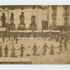 Fotografía antigua: OLOT (PROVINCIA DE GIRONA) SARDANA DEL CORPUS, AÑO 1890. ALBÚMINA SIN MONTAR 12X16,2 CM.. Lote 152593934