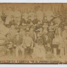 Fotografía antigua: BARCELONA, BARRIO DE GRACIA. PERSONAL DE LA FÁBRICA DE CHOCOLATE DE PEDRO JUNCOSA. 1890 APROX.. Lote 152841122