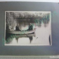 Fotografía antigua: FOTOGRAFÍA ANTIGUA ORIGINAL. CABALLEROS EN UNA BARCA. (26,5 X 21 CM). Lote 154267042