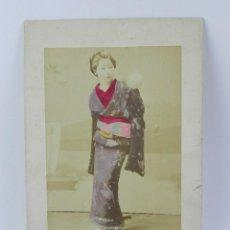 Fotografía antigua: FOTOGRAFIA ALBUMINA DE GEISHA, JAPÓN, FOTOGRAFIA COLOREADA A MANO, MIDEN 27,5 X 17,5 CMS. Lote 155199426