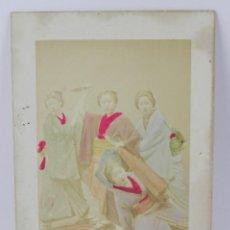 Fotografía antigua: FOTOGRAFIA ALBUMINA DE GEISHA, JAPÓN, FOTOGRAFIA COLOREADA A MANO, MIDEN 27,5 X 17,5 CMS. Lote 155199502