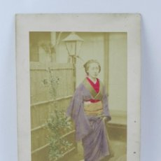 Fotografía antigua: FOTOGRAFIA ALBUMINA DE GEISHA, JAPÓN, FOTOGRAFIA COLOREADA A MANO, MIDEN 27,5 X 17,5 CMS. Lote 155212226