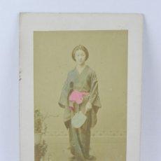 Fotografía antigua: FOTOGRAFIA ALBUMINA DE GEISHA, JAPÓN, FOTOGRAFIA COLOREADA A MANO, MIDEN 27,5 X 17,5 CMS. Lote 155212322