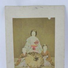 Fotografía antigua: FOTOGRAFIA ALBUMINA DE GEISHA, JAPÓN, FOTOGRAFIA COLOREADA A MANO, MIDEN 35 X 28CMS. Lote 155212550