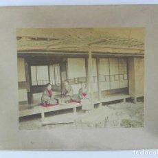 Fotografía antigua: FOTOGRAFIA ALBUMINA DE GEISHA, JAPÓN, FOTOGRAFIA COLOREADA A MANO, MIDEN 35 X 28CMS. Lote 155213050
