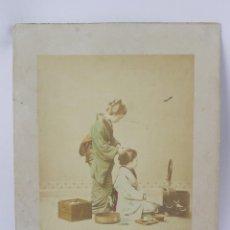 Fotografía antigua: FOTOGRAFIA ALBUMINA PAREJA DE GEISHAS, GEISHA JAPÓN, FOTOGRAFIA COLOREADA A MANO, MIDEN 35 X 28CMS. Lote 155213886