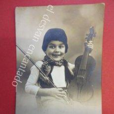 Fotografía antigua: ANTIGUA FOTO ALBUMINA 14 X 9 CTMS. NIÑO POSANDO CON SU VIOLÍN. VER REVERSO. Lote 155801130