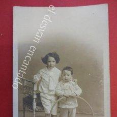 Fotografía antigua: ANTIGUA FOTO ALBUMINA 14 X 9 CTMS. NIÑOS POSANDO CON JUGUETE. CELEDONIO LÓPEZ FOT. MADRID. Lote 155801802