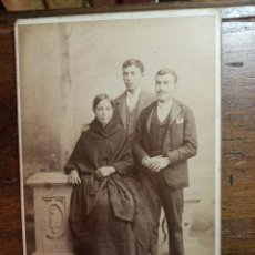 Fotografía antigua: FOTOGRAFÍA ALBÚMINA. FAMILIA POSANDO. ALMAYSO. AMANIEL,29. MADRID. 16,5 X 10,5 CM.. Lote 156751210