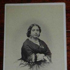 Fotografía antigua: FOTOGRAFIA ALBUMINA TIPO CDV DE MUJER CON MANTON, FOTO LUDOVISI, MIDE 10,5 X 6 CMS.. Lote 156984962