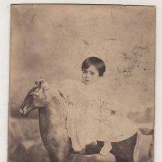 Fotografía antigua: RETRATO NIÑO SOBRE CABALLO DE CARTÓN PIEDRA. 14 X 9,50 CM. Lote 160037649