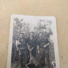 Fotografía antigua: ANTIGUA FOTOGRAFÍA DE CAZA - CAZADORES CON CERVATILLO Y PERROS - DEDICADA - QUINTANA 1964 -. Lote 160173545