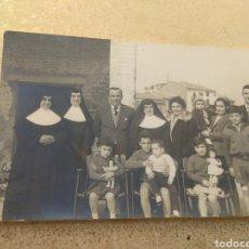 Fotografía antigua: ANTIGUA FOTOGRAFÍA MONJAS CON FAMILIAS - NIÑOS Y NIÑAS CON MUÑECAS. Lote 160174285