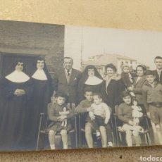 Fotografía antigua: ANTIGUA FOTOGRAFÍA DE MONJAS CON FAMILIAS - NIÑOS Y NIÑAS POSANDO CON MUÑECAS ANTIGUAS -. Lote 160174416