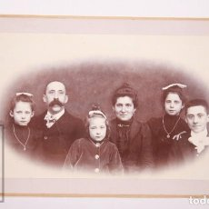 Fotografía antigua: ANTIGUA FOTOGRAFÍA - RETRATO DE FAMILIA MAS Y CASANOVAS - PRINCIPIOS S. XX - MEDIDAS 20 X 12 CM. Lote 162696702