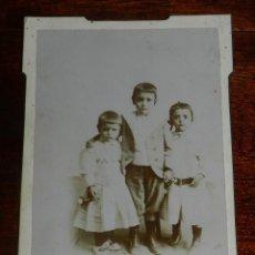 Fotografía antigua: FOTOGRAFIA ALBUMINA DE NIÑOS, FOTO J.L. LOBATO, RIOSECO, MIDE 16,5 X 11,5 CMS.. Lote 163577698