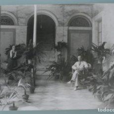 Fotografía antigua: ANTIGUA FOTOGRAFIA HOMBRE Y MUJER EN UN PRECIOSO PATIO DE UNA CASA SEÑORIAL MEDIDAS 17,5 X 12,5 CM . Lote 164600882
